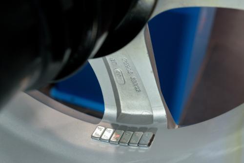 5-nalepene zavazi je skryte za paprskem disku kola